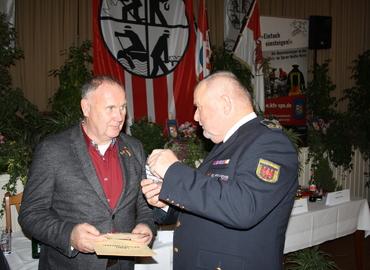 LFV-Präsident Werner-Sigwart Schippel überreicht das Förderschild der Feuerwehr an Firmenchef Dietmar Walter