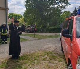 Pfarrer Otto gibt dem neuen Fahrzeug Gottes Segen mit auf den Weg