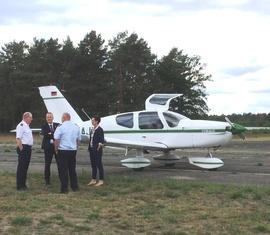 Landesbranddirektor Rudolph und IFRC Präsdident Lothar Hügin gehen mit der Bürgermeisterin auf einen Rundflug