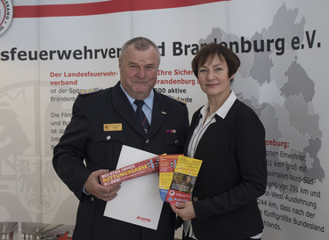 Rettungsgasse dank Lottomitteln: Anja Bohms, Geschäftsführerin der Land Brandenburg Lotto GmbH, überreichte die Aktionsartikel symbolisch an Präsident Werner-Siegwart Schippel.