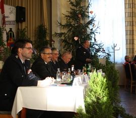 Gute Stimmung bei der Eröffnung durch Kreisbrandmeister Stefan Grothe (am Pult). Auf dem Präsidium: Robert Buder (Vorsitzender KFV), Harald Altekrüger (Landrat), Wolfhard Kätzmer (Ehren-KBM) und Werner-Sigwart Schippel (Präsident LFV)