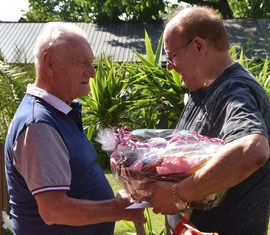 Bürgermeister Jörg Krakow gratuliert dem Geburtstagskind