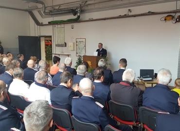 Kamerad Bernd Frommelt berichtet im Gerätehaus Forst Mitte bei seiner Verabschiedung aus seinem aktiven Feuerwehrdienst den geladenen Gästen aus seiner Feuerwehrtätigkeit.