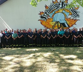 Gruppenbild der eingesetzten Kräfte beim Brandeinsatz eines Reifenlagerbrandes in Senftenberg (OSL)