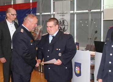 LFV Präsident Werner-Siegwart Schippel gratuliert Stephan Müller für seine Auszeichnung mit dem Ehrenzeichen des Kreisfeuerwehrverbandes Spree-Neiße e.V.