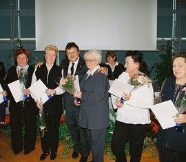 Landrat Dieter Friese mit Feuerwehrfrauen aus dem Amt Neuhausen/Spree