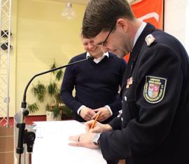 Eine historische Unterschrift: Ronny Heppchen (l) und Robert Buder (r) unterzeichnen den Kooperationsvertrag zur ersten Fördermitgliedschaft im KFV SPN eV