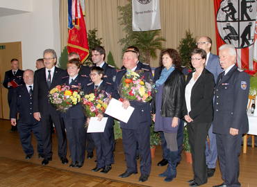 Christine Sehmisch (FFW Forst/Lausitz), Angela Moschner (FFW Guben) und Rainer Janitza (FFW Radewiese) im Kreis der Gratulanten