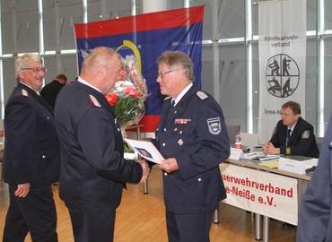 Werner-Siegwart Schippel zeichnet Amtswehrführer Gerd Krautz aus