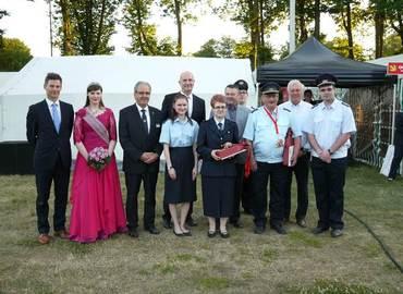 Die Ausgezeichneten Anjte Raschick (6. von rechts) und Wolfhard Kätzmer (3. von rechts) im Gruppenbild mit den Ehrengästen zur Eröffnung des 20. Kreisjugendlagers.