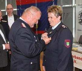 Werner-Siegwart Schippel zeichnet Sybille Bennewitz mit dem Brandenburger Feuerwehr-Ehrenkreuz in Silber aus.
