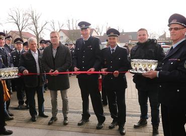 Das Band wird durchschnitten v.l.: Jürgen Schiemenz (Planer), Karsten Schreiber (Bürgermeister Gemeinde Kolkwitz), Daniel Nerlich (Ortswehrführer Limberg), Steffen Theiler (Gemeindebrandmeister) und Marcel Noack (Ortsvorsteher Limberg).