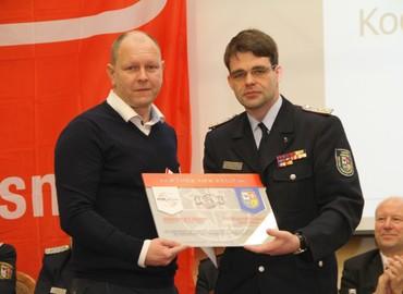 Ein Symbol für die Partnerschaft: Ronny Heppchen (l) und Robert Buder (r) feiern die erste Fördermitgliedschaft im KFV SPN eV
