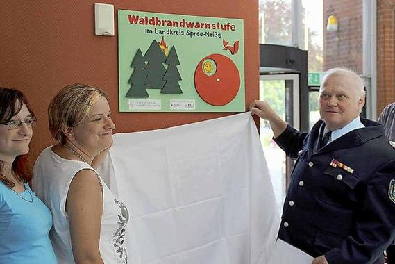 Einweihung der neuen Waldbrandwarnstufenschilder durch den Vorsitzenden des Kreisfeuerwehrverbandes Wilfried Britze. Foto: AML