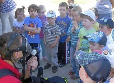 Was tun, wenn es brennt? Nico Hammel und sein Kollege von der Feuerwehr spielten mit den Kindern einen ganzen Vormittag Situationen durch.