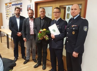 Der Fachbereichsleiter Sören Reichelt, der amtierende Amtsdirektor Mike Lenke und der Amtsausschussvorsitzende Egbert S. Piosik (v.l.) sowie Amtswehrführer Lars Mudra (r.) übermittelten  Glückwünsche.