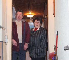 Sichtlicht überrascht, das Geburtstagskind mit Ehefrau Erika