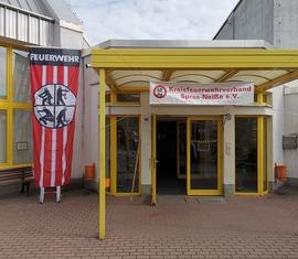 Das Kolkwitzcenter unter Feuerwehrflagge.