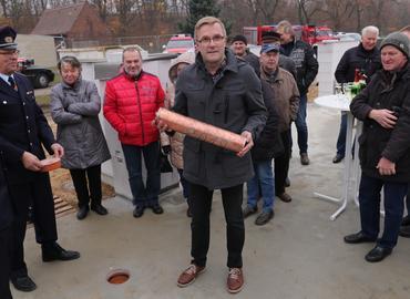 Der Bürgermeister der Gemeinde Kolkwitz, Karsten Schreiber, versenkte die bei der Grundsteinlegung die Hülse mit Tages- und Wochenzeitung, Amtsblatt, Jahrbuch der Gemeinde und Hänchener Chronik.