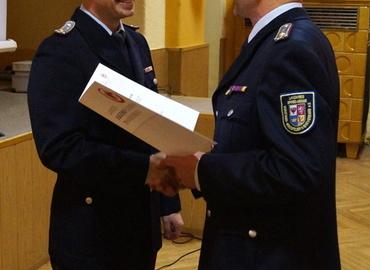 Unterverbandsleiter Jürgen Mönch (rechts) überreicht die Urkunde an Rene Ziesmer