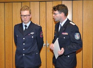 Der Vorsitzende des KFV, Robert Buder (rechts) überreicht die Urkunde an Phillipp Meißner (links)