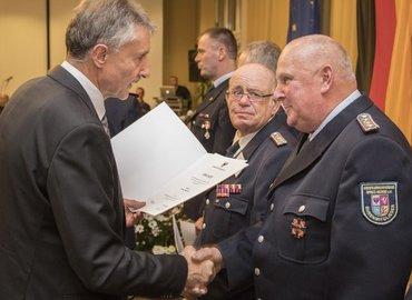Innenminister Schröter überreicht Kam. Semisch die Urkunde für das Ehrenzeichen im Brandschutz in Silber am Bande