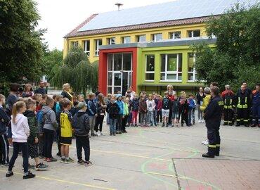 Vor Beginn des Aktionstages gibt es eine kleine Einführung für die künftigen BrandschutzexpertInnen