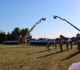 Ein schönes Bild für einen gelungenen Abschied: Feuerwehrleute, Spielmannszug Horno und viel Feuerwehrtechnik