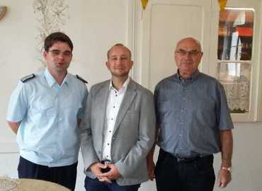Zum 40. Geburtstag übermitteln der Vorsitzende des Kreisfeuerwehrverbandes Spree-Neiße e.V. Robert Buder und der stellvertretende Vorsitzende Siegmund Rückmann im Namen des KFV herzliche Glückwünsche.