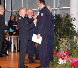 SBM Falk Skorna erhält das Feuerwehr-Ehrenkreuz des LFV-BB