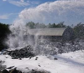 Brandschutzeinheit im Einsatz beim Reifenlagerbrand in Senftenberg (OSL)