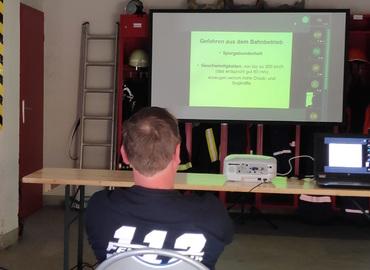 Eine Online-Schulung des KFV wird per Beamer ins Gerätehaus Komptendorf übertragen
