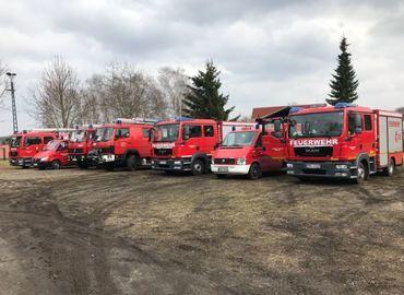 Aufstellung der Fahrzeuge auf dem Platz der Feuerwehr vor Übungsbeginn.
