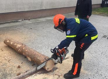 Erste Schnittversuche auf dem Hof des Technischen Hilfswerkes in der Gubener Straße in Forst (Lausitz)
