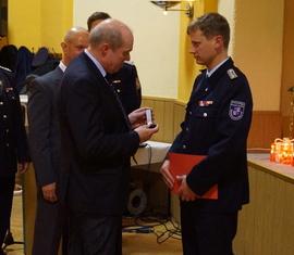 Bürgermeister Dieter Perko überreicht die Ehrennadel an Ronny Magister