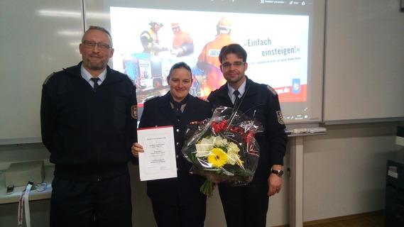 Der amtierende Kreisjugendwart Stefan Kothe (links) und der KFV-Vorsitzende Robert Buder (rechts) überreichen Nathalie Scherer die Berufungsurkunde und einen Blumentstrauß