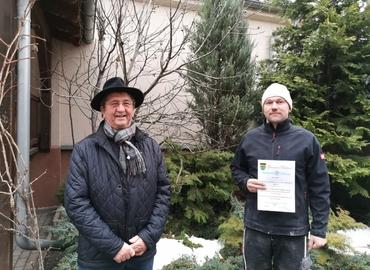 Teichlands Bürgermeister Harald Groba und Christian Sommer bei der Übergabe der Ehrenurkunde.