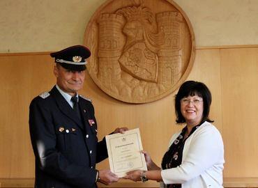 Bürgermeisterin Christine Herntier überreicht dem alten und neuen Stadtwehrführer Frank Balkow seine Ernennungsurkunde