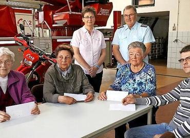 Sylke Koal und Bernd Frommelt (hinten) konnten in Namen von Stadt und Feuerwehr die Spende überreichen an Anita Renz, Monika Kuhnt, Rosemarie Martinek und Waldemar Schiemenz (von links).