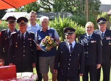 Die GratulantInnen der Feuerwehr gemeinsam mit dem Geburtstagskind