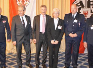 Ehrenamtliche Mitglieder der Freiwilligen Feuerwehr sowie des DRK zum Empfang des Ministers