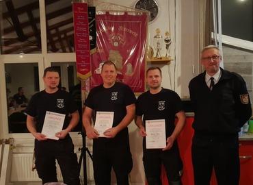 Auszeichnung für die Kreisausbilder: Christian Kuhla, Sören Kuhne und Alexander Garau. Kreisjugendwart Stefan Kothe gratuliert.