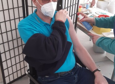 Kreisjugendwart Stefan Kothe bekommt seine erste Spritze