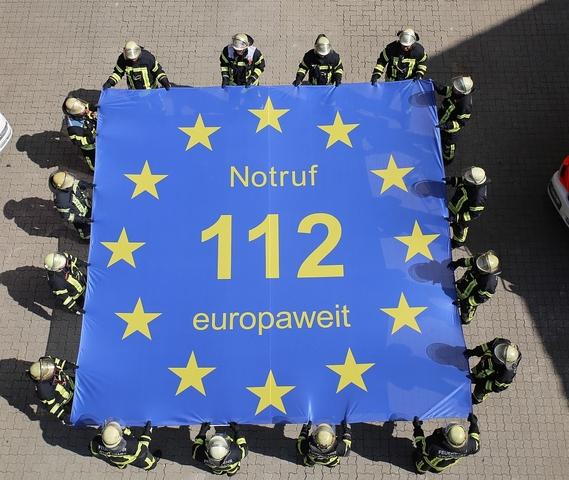 Die 112 im Sternenkranz der europäischen Flagge, ist ein gutes Symbol für den Euronotruf. Jeder einzelne der zwölf Sterne in der Flagge zeigt mit einer Spitze nach oben und zwei Spitzen müssen nach unten zeigen. (Quelle: Europe Direkt)