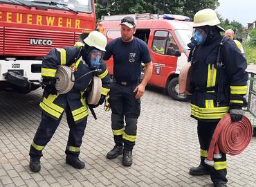Schläuche schleppen unter Atemschutz ist eine Belastung, die Feuerwehrleute fast schon gewohnt sind